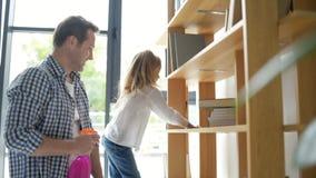 Милая девушка и ее отец очищая квартиру акции видеоматериалы