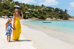 Милая девушка и красивая мать на пляже Стоковая Фотография