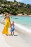 Милая девушка и красивая мать на пляже Стоковое Фото