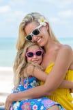 Милая девушка и красивая мать на пляже Стоковое фото RF