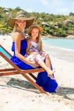 Милая девушка и красивая мать на пляже Стоковые Фотографии RF