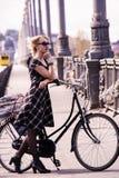 Милая девушка и ретро велосипед Стоковая Фотография RF