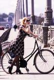 Милая девушка и ретро велосипед Стоковое Изображение