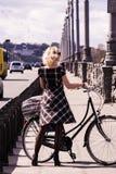 Милая девушка и ретро велосипед Стоковые Фото