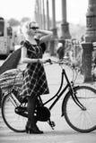 Милая девушка и ретро велосипед Стоковое Изображение RF
