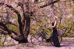 Милая девушка и ретро велосипед Стоковая Фотография