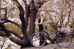 Милая девушка и ретро велосипед Стоковые Изображения