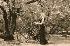 Милая девушка и ретро велосипед Стоковые Изображения RF