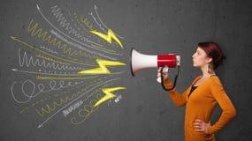 Милая девушка крича в мегафон с линиями и arro нарисованными рукой Стоковая Фотография RF