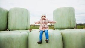 Милая девушка малыша сидит на сенаже, свободе чувства Богатый сбор, Стоковое Изображение