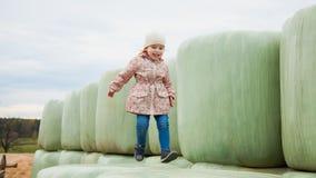 Милая девушка малыша скачет на сенаж, свободу чувства Богатый сбор, Стоковое Изображение