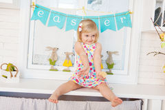 Милая девушка малыша с украшением пасхи Стоковые Изображения RF