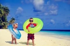 Милая девушка мальчика и малыша играет на пляже Стоковое фото RF