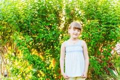 милая девушка меньший напольный портрет Стоковое фото RF