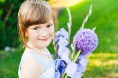милая девушка меньший напольный портрет Стоковая Фотография RF