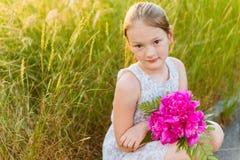 милая девушка меньший напольный портрет Стоковое Изображение RF