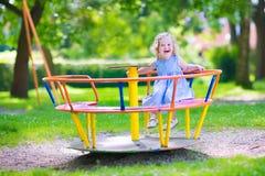 милая девушка меньшяя спортивная площадка Стоковые Фото