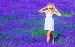 Милая девушка наслаждается лужком лаванды Стоковое Фото