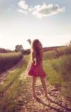 Милая девушка наслаждаясь природой Девушка над Солнцем Стоковое Изображение RF
