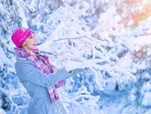 Милая девушка наслаждаясь снегом Стоковые Фотографии RF