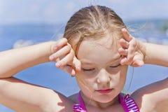 Милая девушка на речном береге в розовом купальнике Стоковые Изображения