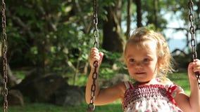 Милая девушка на seesaw в парке Мама и дочь тратят время в парке акции видеоматериалы