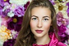 Милая девушка около стены цветка Стоковые Фото
