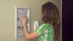 Милая девушка поворачивает дальше автоматы защити цепи и улыбку на камеру видеоматериал