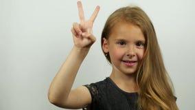 Милая девушка показывая комплекс предпусковых операций на руке акции видеоматериалы