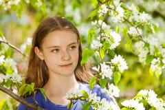 Милая девушка подростка с белыми цветками груши Стоковое Изображение