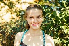 Милая девушка под тенью treees на солнечном дне Стоковые Фото