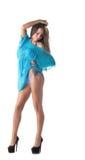 Милая девушка представляя в beachwear, изолированном на белизне Стоковое Фото