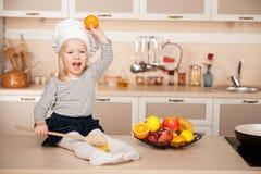 Милая девушка при деревянная ложка держа яблоко Стоковые Фотографии RF