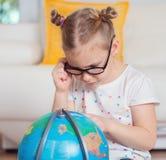 Милая девушка ребенка дома мечтая перемещения и туризма, explor Стоковые Изображения RF