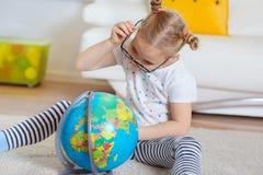 Милая девушка ребенка дома мечтая перемещения и туризма, explor Стоковые Фотографии RF