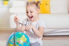 Милая девушка ребенка дома мечтая перемещения и туризма, explor Стоковые Изображения