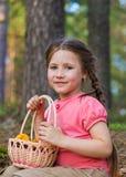 Милая девушка ребенка с корзиной гриба в лесе Стоковые Фотографии RF