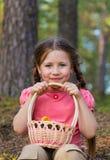 Милая девушка ребенка с корзиной гриба в лесе Стоковое Изображение RF