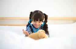 Милая девушка ребенк играя доктора Стоковые Фотографии RF