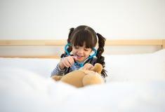 Милая девушка ребенк играя доктора Стоковое Изображение