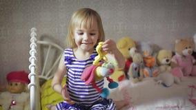 Милая девушка ребенк играя с игрушкой дома сток-видео