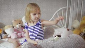 Милая девушка ребенк играя с игрушкой дома акции видеоматериалы