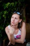 Милая девушка сидя на таблице Стоковая Фотография