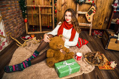 Милая девушка сидя с подарками рождества Стоковые Изображения