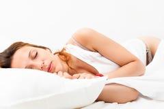 Милая девушка спать на белой подушке стоковые фото