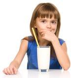 милая девушка стеклянная меньшее молоко Стоковые Фотографии RF