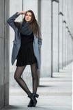 Милая девушка стоит на предпосылке здания Стоковое Изображение