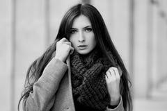 Милая девушка стоит на предпосылке здания Стоковые Изображения