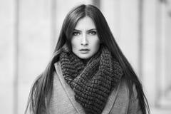 Милая девушка стоит на предпосылке здания Стоковое фото RF