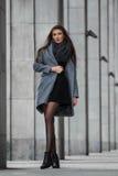 Милая девушка стоит на предпосылке здания Стоковые Фотографии RF
